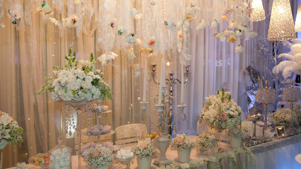 Dekoration auf einem Tisch und an einem Vorhang. Auslage anlässlich einer Hochzeitsmesse